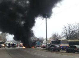 Горят шины, перекрыты дороги. Винничане требуют отставки главы полиции