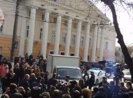 Газель въехала в толпу в центре Винницы. Полиция бездействовала