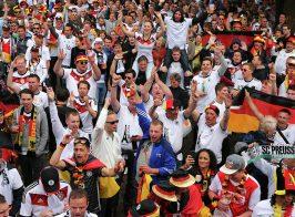Пропагандиста Грэма Филлипса послали рекордное число раз во время матча Украина — Германия