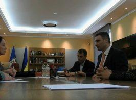 «Использовать вдов АТО только для самопиара». Опубликованы записи скрытой камеры из кабинета мэра Киева Кличко