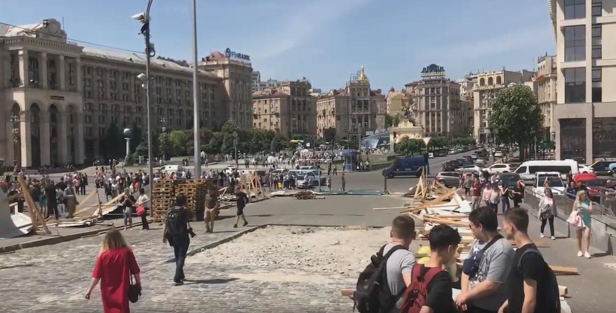 Националисты из С14 разгромили забор на Алее Небесной сотни
