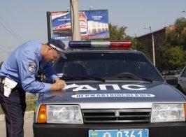 Гаишникам запретили «приглашать» водителей к себе в авто