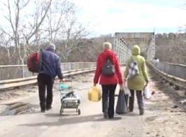 Переправа через взорванный мост в Станице-Луганской (видео)
