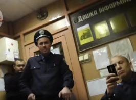 Полиция против деда. «Я людям ничего не должен, нам платит метро!» — полицейский
