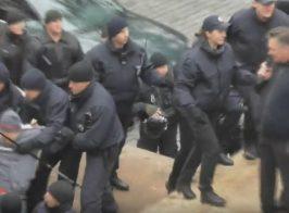 Полиция и бандиты избили митингующих возле офиса ЕС в Украине Киев