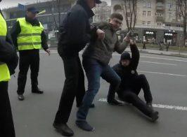 Блогер уложил на землю полицейского, который нарушил закон