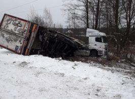 В Прилуки местные жители разграбили попавший в ДТП грузовик